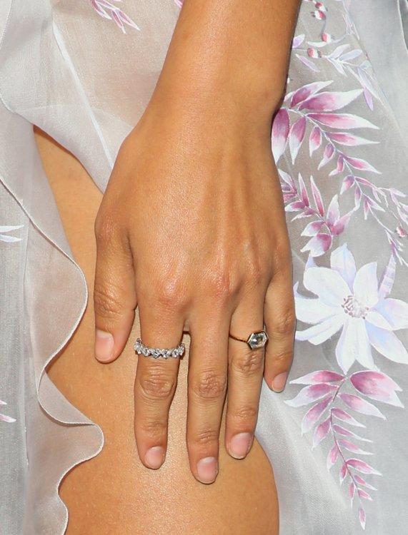 Модель Шанина Шейк носит кольцо Lorraine Schwartz из желтого золота с белым бриллиантом