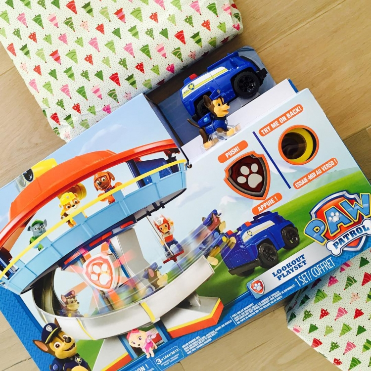 Риз Уизерспун подготовила своим детям подарки, среди которых – Paw Patrol