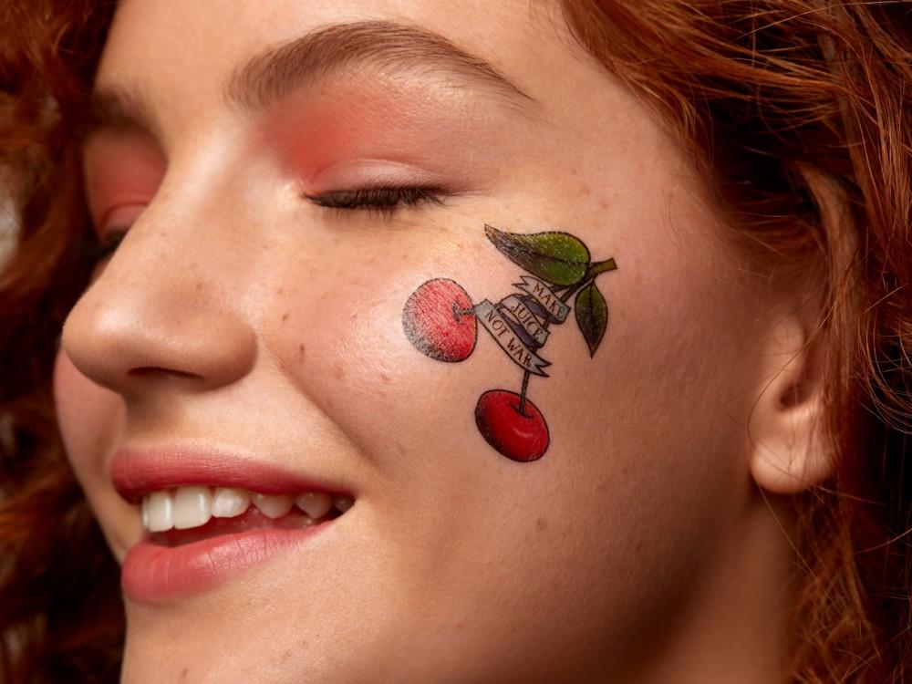 Тени из набора Venus XL, Lime Crime; помада Retro Matte Liquid Lipcolour оттенка Rich & Restless, M.A.C, нанесенная с эффектом зацелованных губ; переводные тату, Miami Tattoos