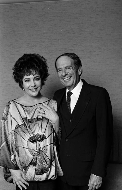 Мексиканский адвокат Виктор Луна сделал предложение Тейлор и подарил бриллиантовое кольцо в 16 карат в 1983 году. Пара отменила помолвку в августе 1984 года, перед свадьбой.