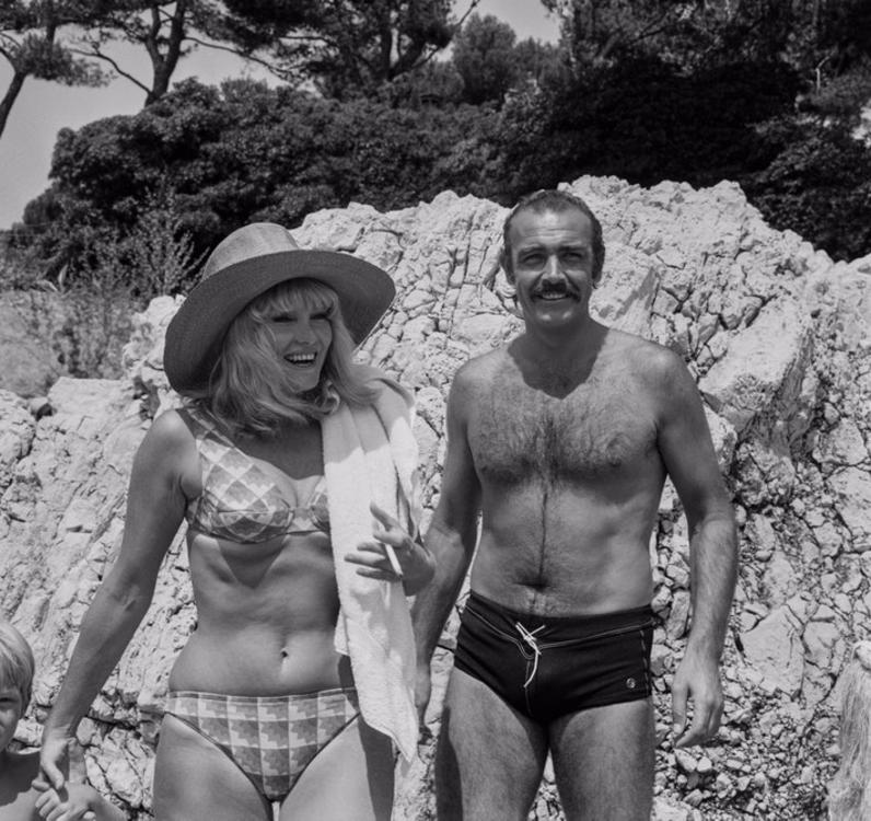 Шон Коннери и его жена Дайан Силенто на частном пляже в Антибах, 1967 год