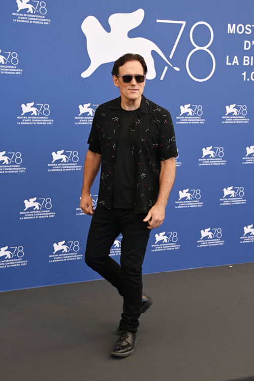Мэтт Диллон в рубашке Saint Laurent