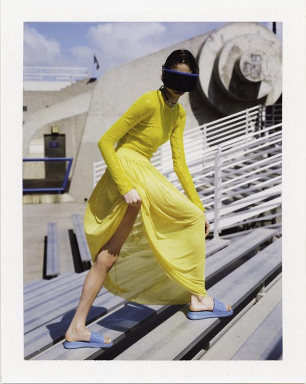 Хлопковое боди, юбка из вискозы, все – Emilio Pucci; очки, MYKITA & Bernhard Willhelm; резиновые шлепанцы, DKNY
