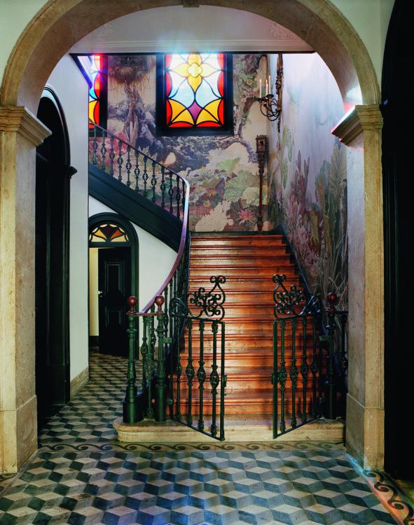 Прихожую с парадной лестницей украшает фреска болгарского художника Бориса Делчева