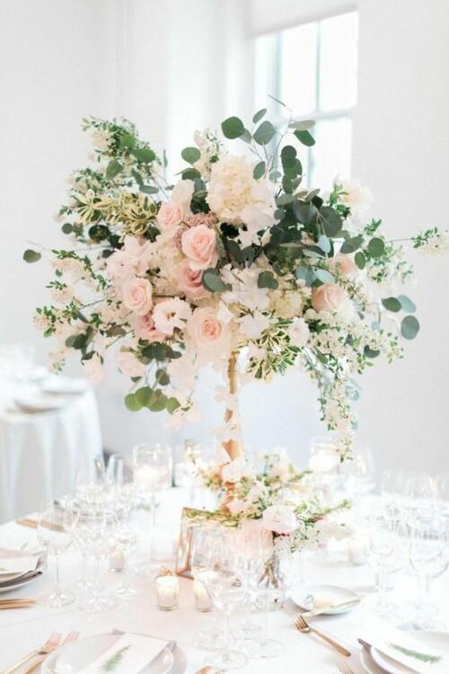 Элегантное оформление свадебных столов лентами, цветами и свечами. фото