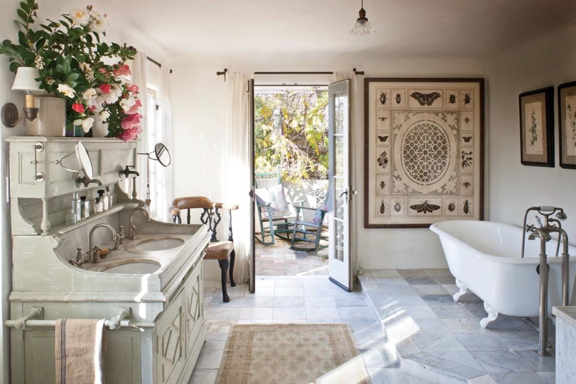 Ванная комната модели Кэролин Мерфи в стиле французского фермерского домика в Лос-Анджелесе.  Фото: Грей Кроуфорд, Vogue, март 2012
