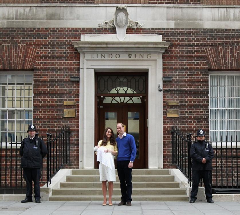 Герцогиня Кэтрин и принц Уильям с новорожденной принцессой Шарлоттой в день выписки из роддома