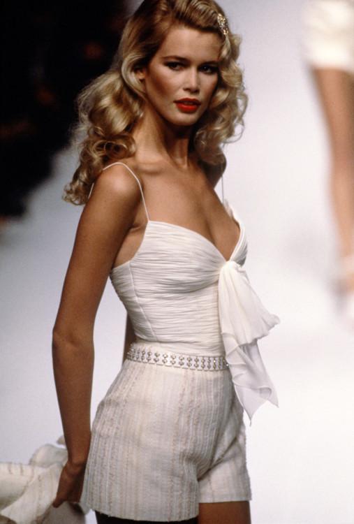 Клаудия Шиффер во время показа Valentino весна-лето 1995