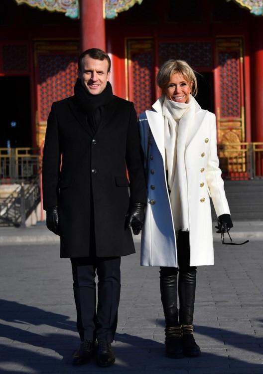 В пальто и с сумкой Balmain