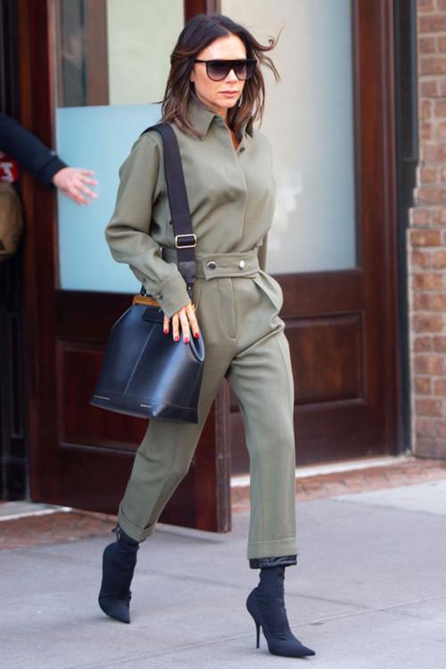 Виктория Бекхэм в костюме Victoria Beckham, очках Celine и ботильонах Balenciaga
