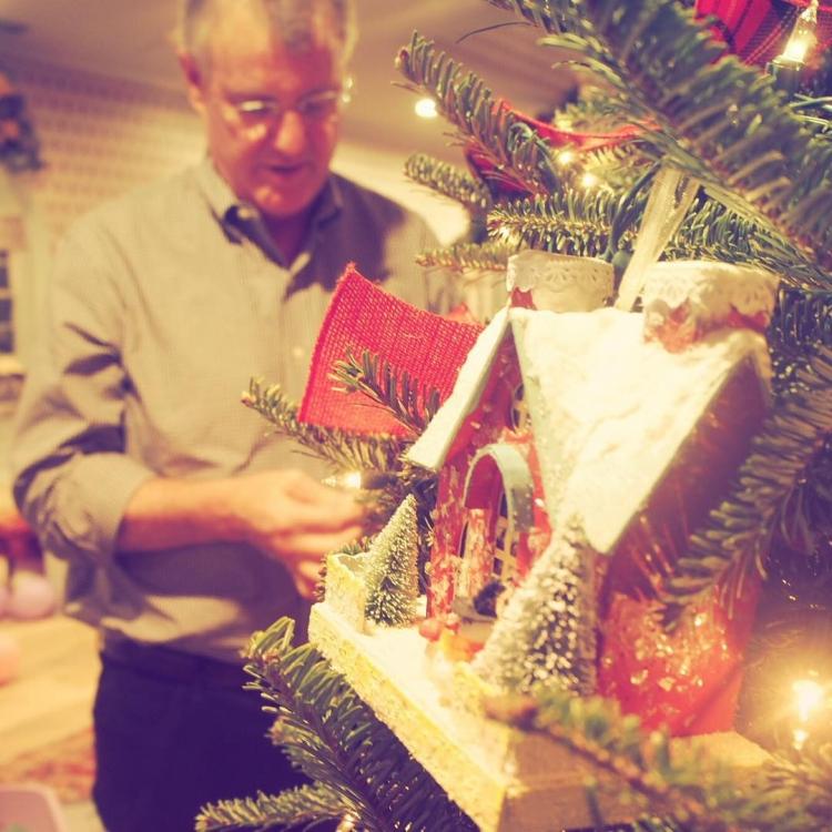 Тейлор Свифт поделилась снимком, на котором ее отец наряжает елку