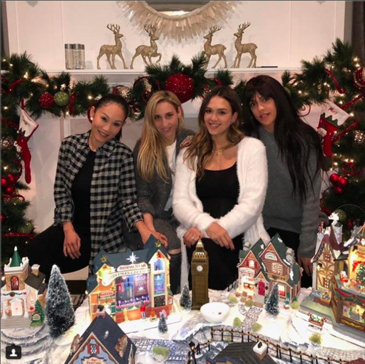 Джессика Альба с подругами