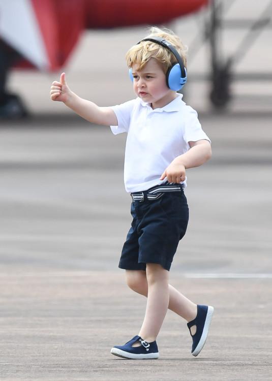 Принц Георг на первом в своей жизни авиашоу, где ему разрешили посидеть в кабине истребителя
