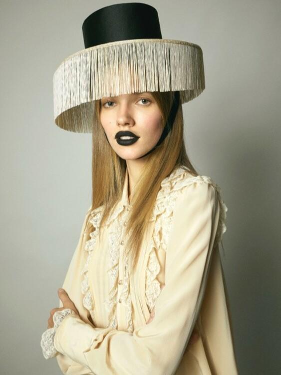 Блуза Zimmermann и шляпа Amina Hood Millinery