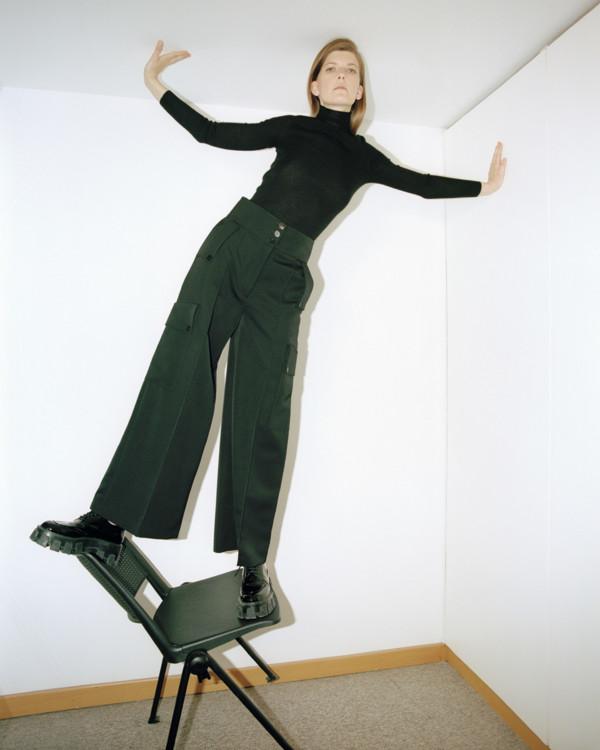 Кашемировая водолазка, Akris; брюки из твила, Stella McCartney