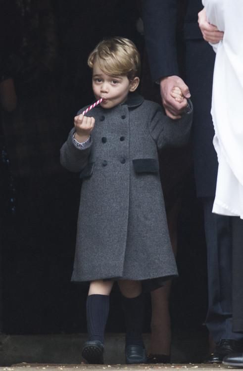 Принц Георг с конфетой во рту при выходе из церкви после службы в честь Рождества