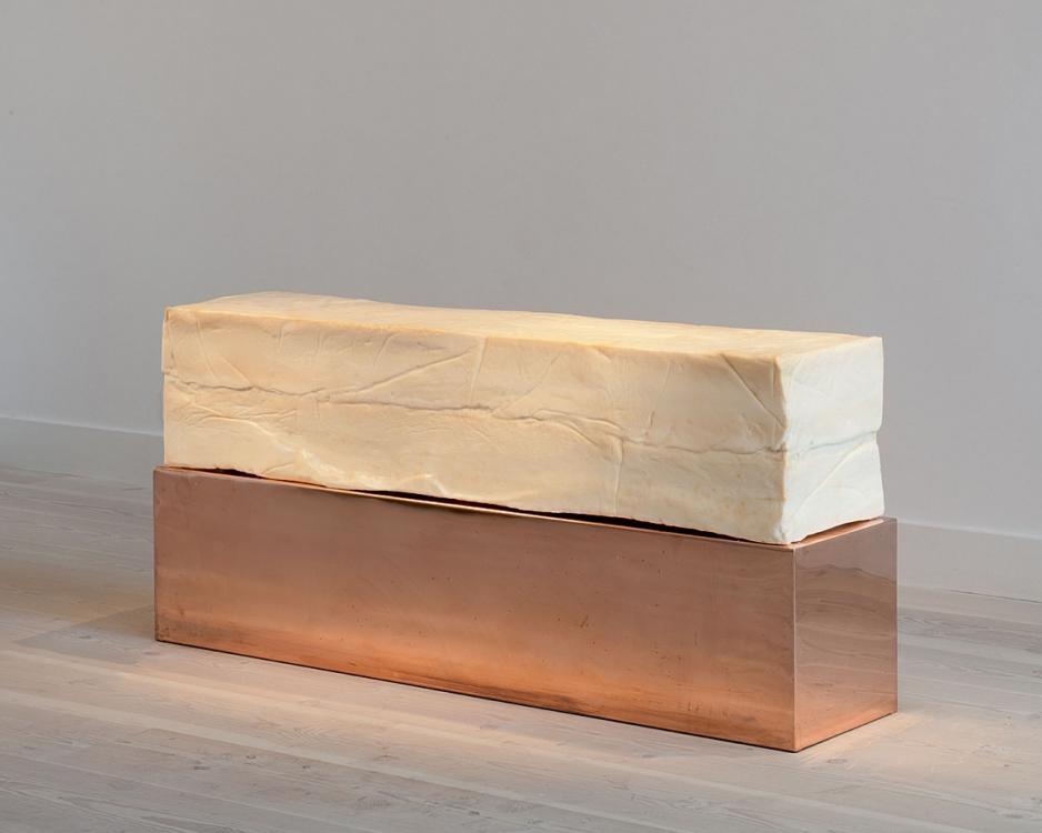 «Слюна», 120 x 60 x 180 см, 227 кг жира, слюна, пальмовое масло, вода, щелочь, 2011