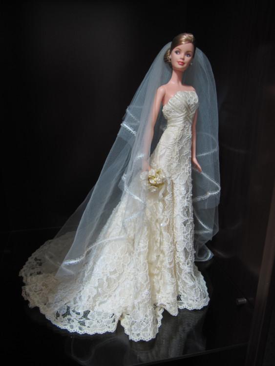 В 2005 году одна из кукол Барби была одета в свадебное платье от Carolina Herrera