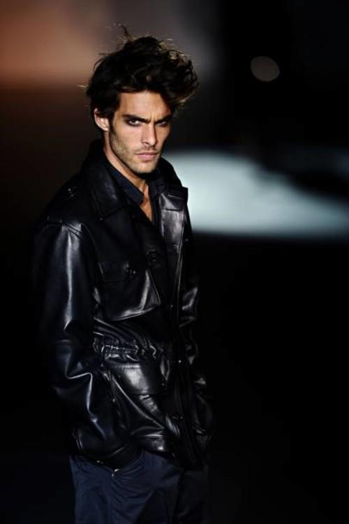 """Джону Кортахаренe было 18 лет, когда он стал лицом Just Cavalli в 2004 году. С тех пор испанский манекенщик снялся в многочисленных рекламных кампаниях, среди которых Valentino, Chanel, Hugo Boss, а также роль в фильме Тома Форда """"Одинокий мужчина"""""""