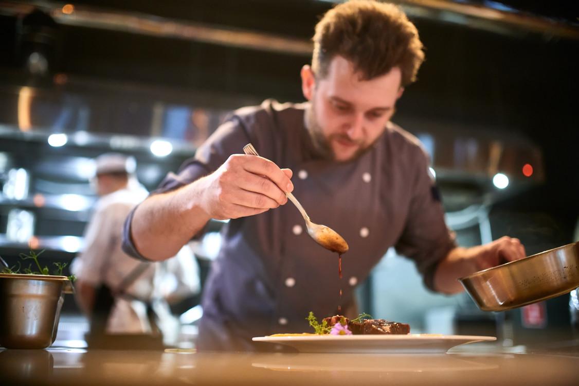 Шеф-кухар Ігор Калениченко на кухні ресторану Fabius