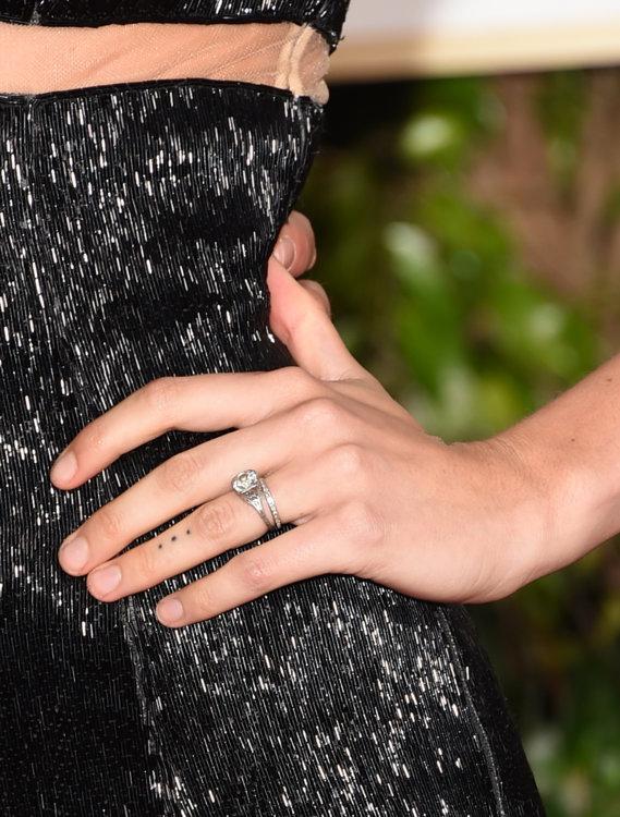 Бехати Принслу носит винтажное кольцо с бриллиантом, датированное 1930-м годом