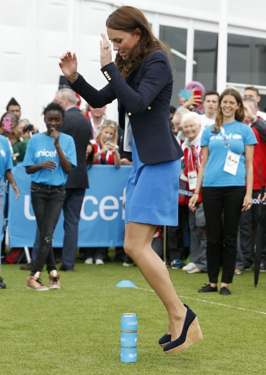 """Кейт Миддлтон играет в южноафриканскую игру """"Три банки"""" во время Игр Содружества в Шотландии в 2014 году"""