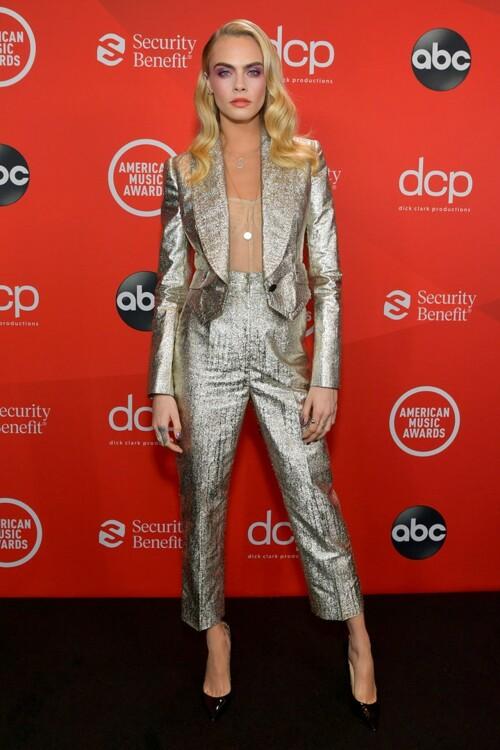 Кара Делевинь в костюме Dolce & Gabbana и в корсете Dior