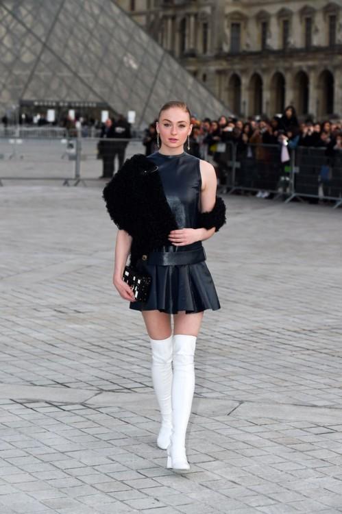 Софи Тернер на показе Louis Vuitton
