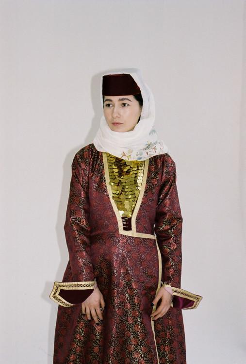 На Едіє Карімовій сукня дизайнерки з Криму Нізє Еміршах, яку непросто було доставити на зйомку: після анексії 2014 року перетин кордону між Кримом та материковою Україною значно ускладнився.