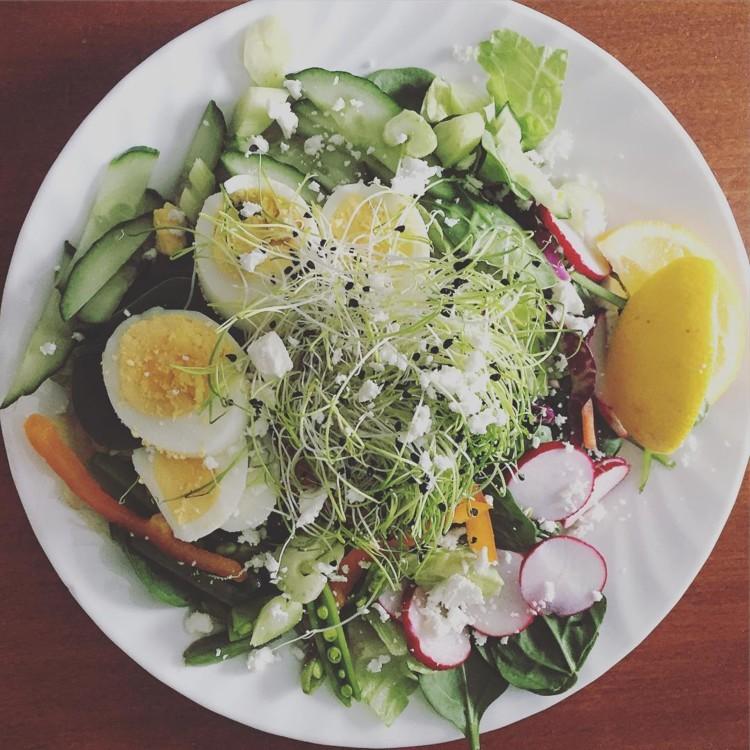 Шпинат, салат ромен, яйця, редиска, огірок, селера, солодкий перець, фета, мікрогрін, сік лимона, оливкова олія @spinach_tooth