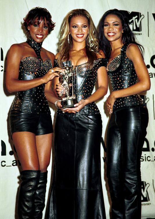 Трио Destiny's Child в 2000 году появились на церемонии награждения в черных кожаных костюмах.