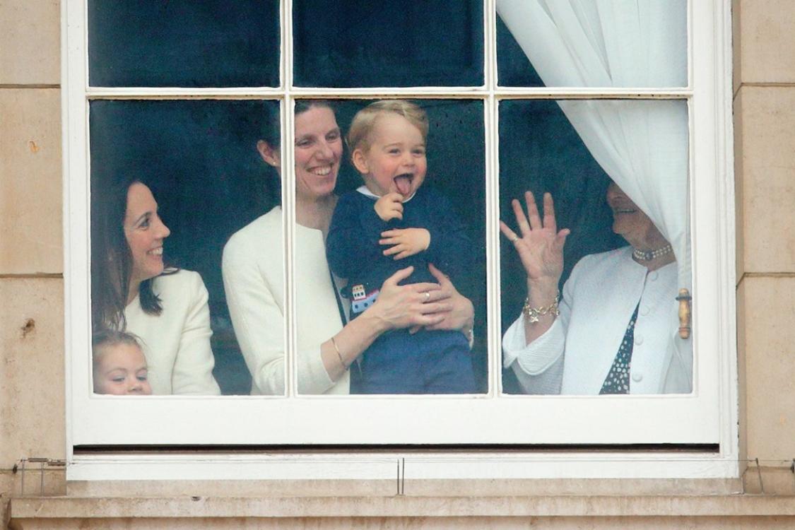 Принц Георг замечен в окне Букингемского дворца во время парада