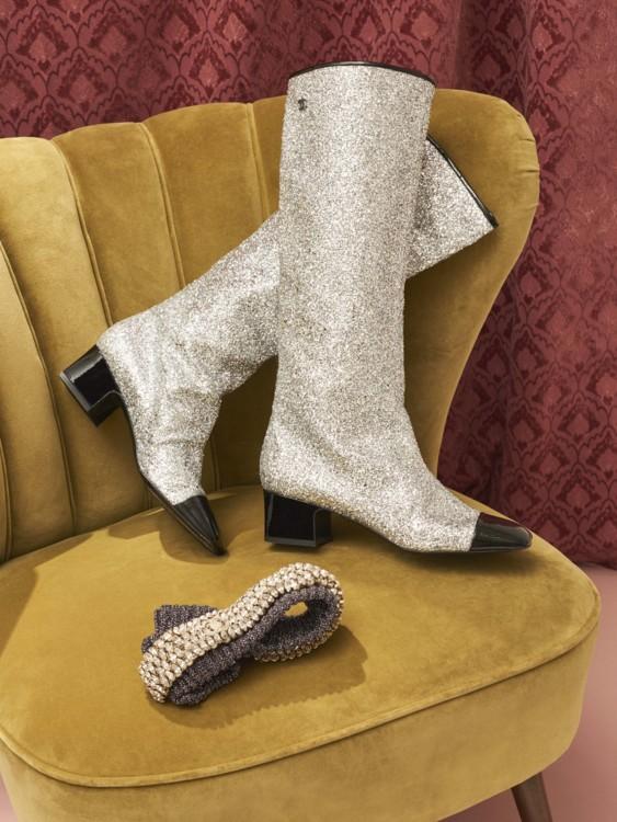 Кожаные сапоги с напылением, повязка из люрекса с кристаллами, все – Chanel