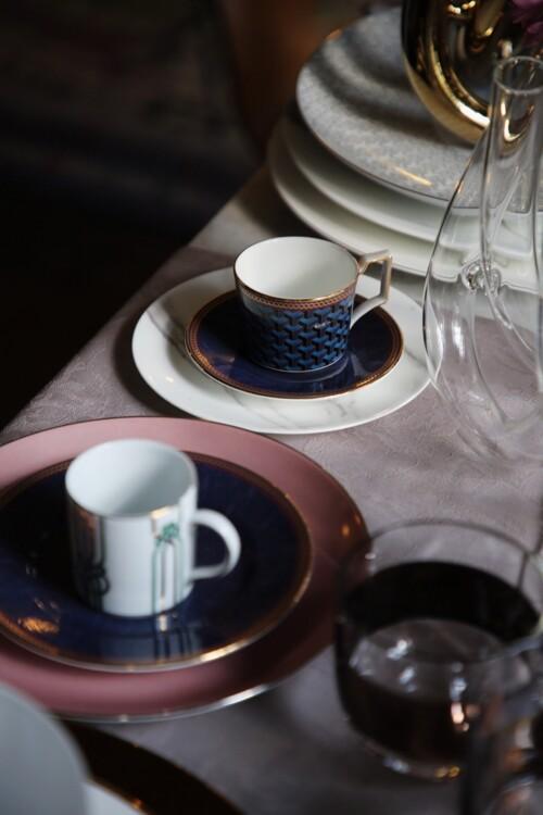 Тарілка десертна з колекції Carrara, Dibbern; чашка кавова з блюдцем і тарілка десертна з колекції Byzance – все Wedgwood; блюдо з колекції Passion і чашка кавова з колекції Liberty – все Porcel