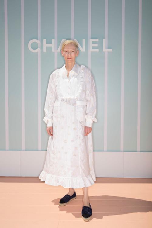 Тільда Свінтон на шоу Chanel Cruise 2018/19 у Бангкоку