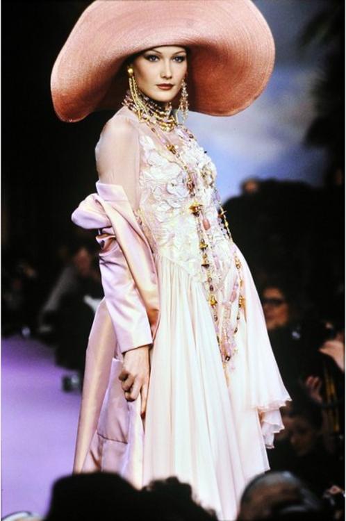 Карла Бруни на показе Christian Lacroix, 1993