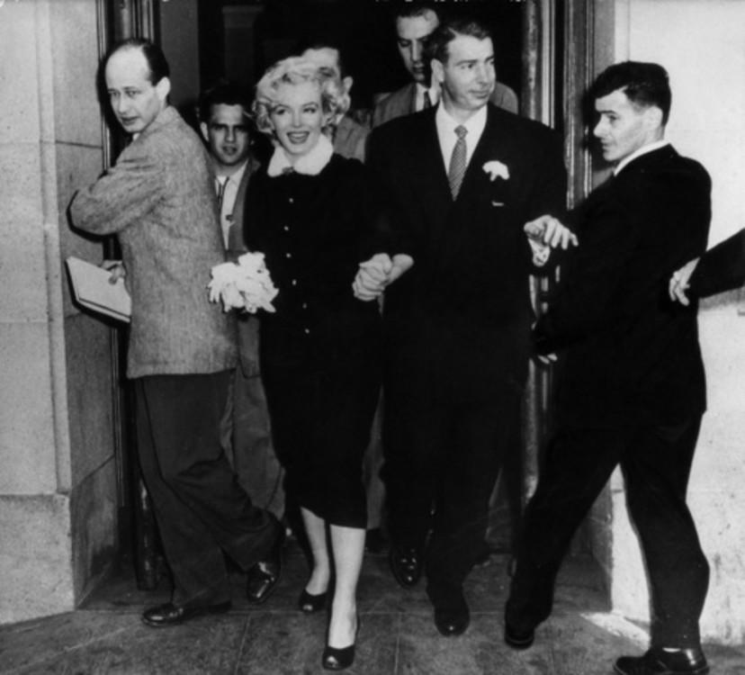Мэрилин Монро в черном костюме с белым воротничком