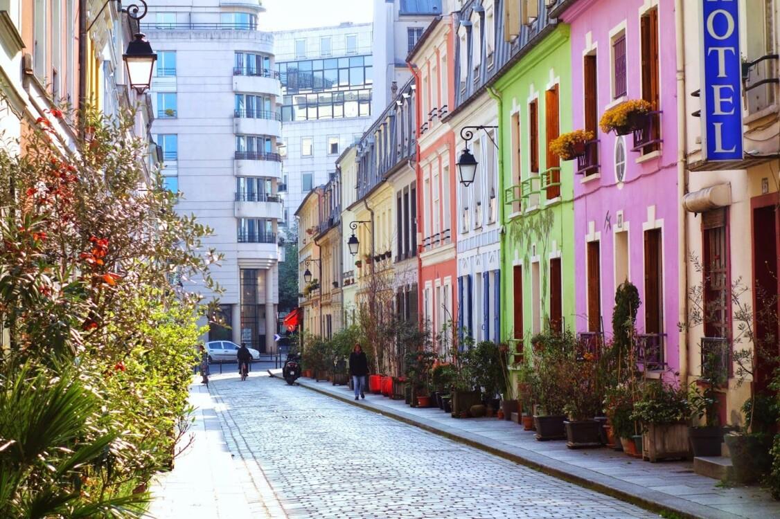 Самая инстаграмная улица Парижа Rue Crémieux радует глаз домами, покрашенными в цвета радуги.