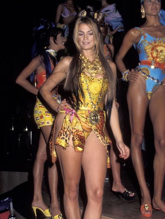Синди Кроуфорд в Versace на гала-шоу AmFAR в Нью-Йорке в феврале 1992 года