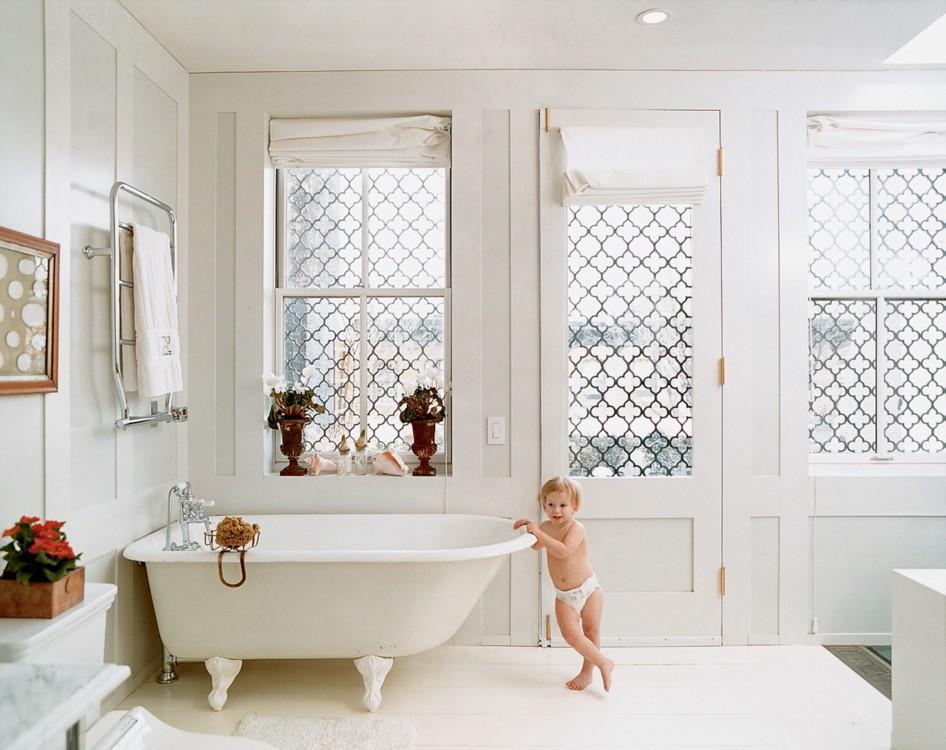 Дочь Хьюго Гиннесса и Эллиот Пакетт Вайолет позирует в главной ванной. Фото: Франсуа Алар, Vogue, 2003