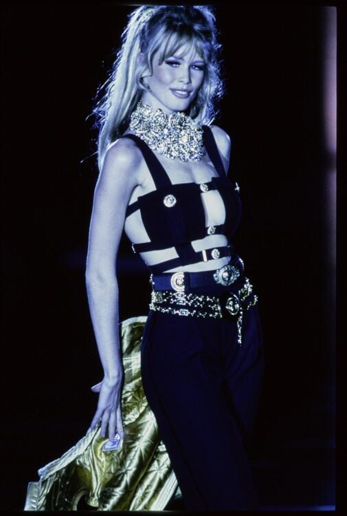 Клаудия Шиффер во время показа Gianni Versace осень-зима 1992/1993