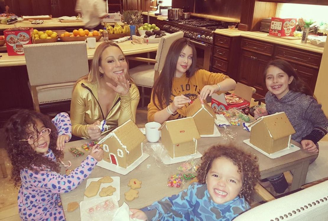 Мэрайя Кэри вместе с детьми украшает пряничные домики