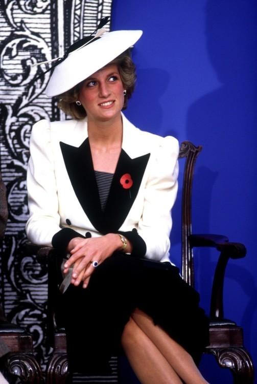 Принцесса Диана в костюме Catherine Walker и шляпе Frederick Fox