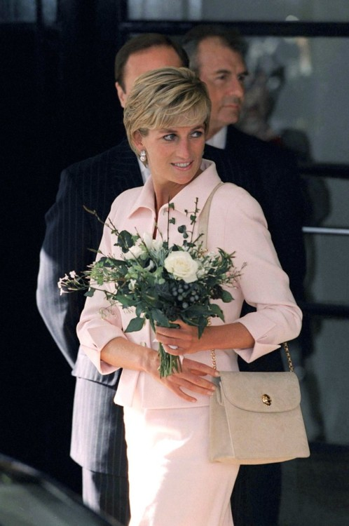 Принцесса Диана в костюме Catherine Walker и с сумкой Versace в отеле Savoy