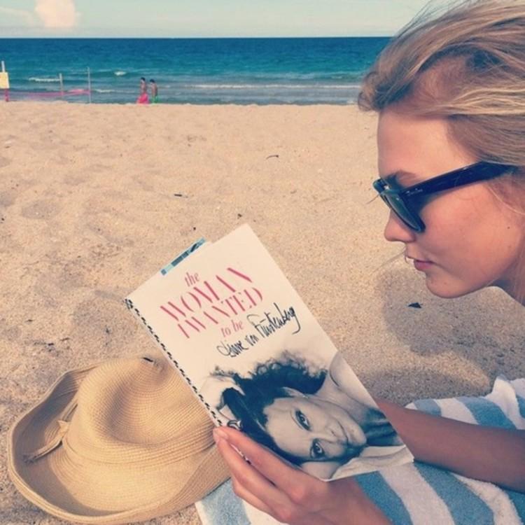Карли Клосс читает «Женщина, которой я хотела стать» дизайнера Дианы фон Фюрстенберг