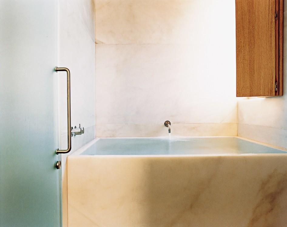 Ванна архитектора Дэвида Чипперфилда в японском стиле в его набережном доме на Лонг-Айленде. Фото: Франсуа Алар, Vogue, 2003