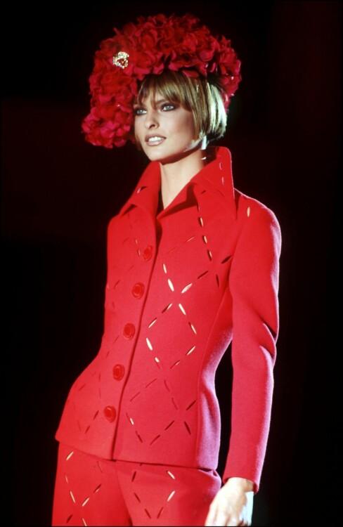 Линда Евангелиста на показе Versace Haute Couture осень-зима 1993/1994