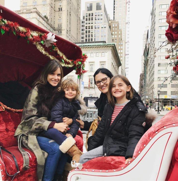 Алессандра Амбросио с детьми в Нью-Йорке