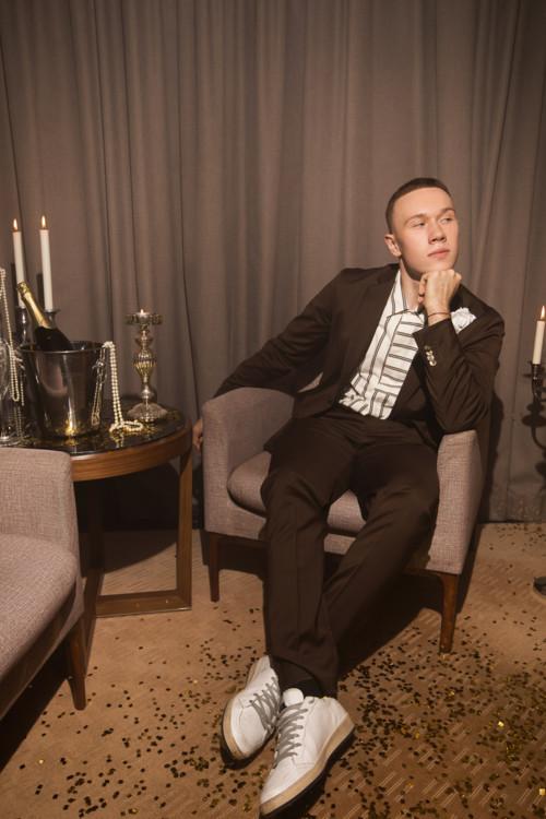 Костюм и рубашка Barena Venezia (HELEN MARLEN MANDARIN), брошка PHILOSOPHY (tsum.ua), обувь GOLDEN GOOSE (tsum.ua)