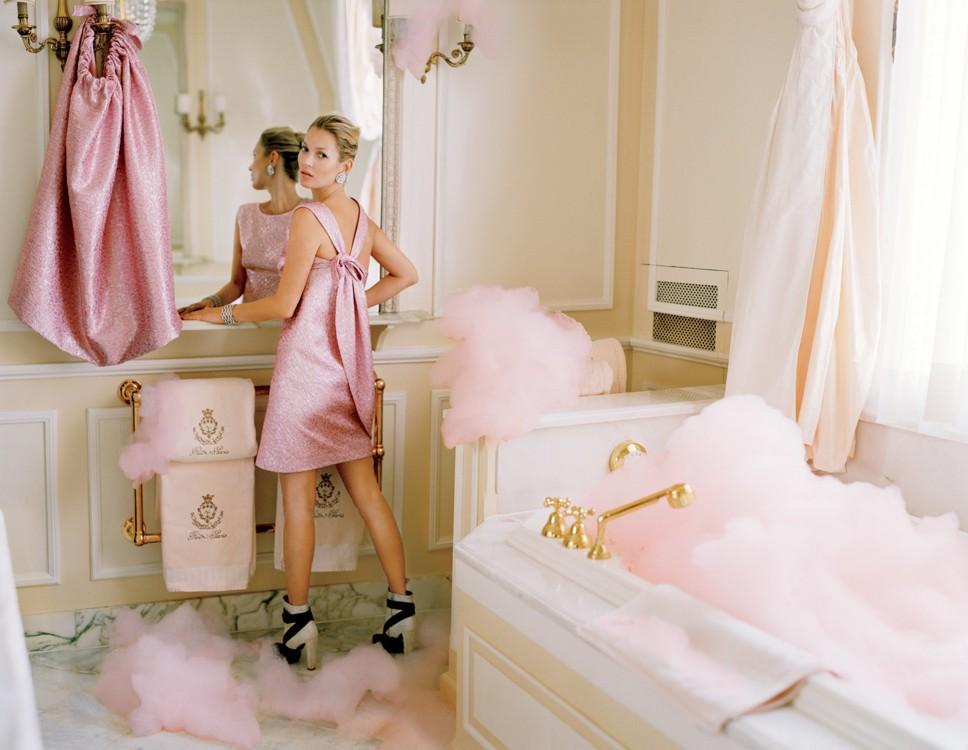 Кейт Мосс нежится в номере Коко Шанель в отеле Ritz Paris - незадолго до того, как отель закрыли на ремонт. Фото: Тим Уокер, Vogue, 2012